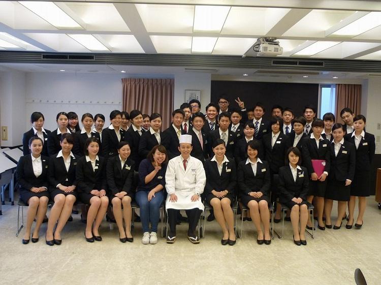 新宿調理師専門学校上神田梅雄校長と昼間部ホテル科Eクラスの集合写真