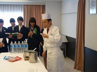 出汁の味を確認する上神田校長