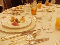 テーブルマナーに取り組みながら、春を取り入れたホテルランチを味わいました。