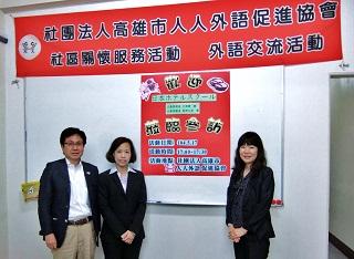 記念写真(片岡広報部長、杜佾倢さん、高野広報課長)