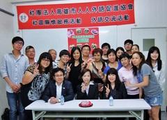 日本語を学ぶ学生の皆さんと 前列中央が卒業生の杜佾倢さん