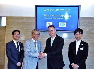 記念撮影 左から、井上浩先生、石塚校長、David Spence氏、黒田先生