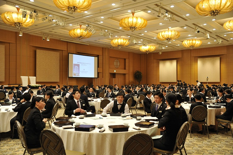 「ステイマナー宿泊研修」のためにホテルに集まった生徒たち