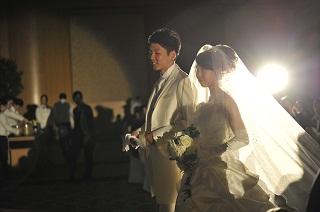 模擬挙式でバージンロードを歩く、新郎新婦役の学生