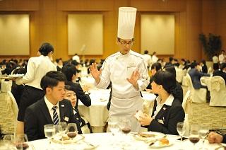 横浜ベイホテル東急 総料理長 曽我部 俊典様に料理に関して積極的に質問をする学生