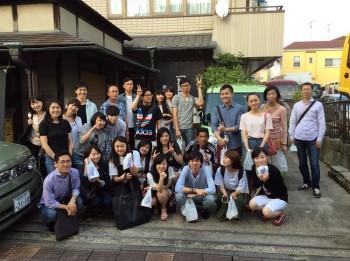 江戸風鈴 篠原風鈴本舗前で記念撮影する外国人留学生
