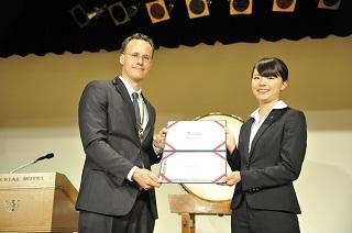 ヤング・スコールクラブ・ジャパン初代会長から阿部万紗未さんへ入会承認証が手渡される