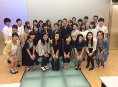 昼間部英語専攻科2年生の学生と記念撮影