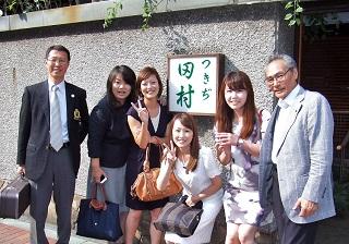 7. つきぢ田村店舗前にて記念撮影