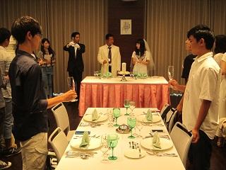 結婚披露宴体験の授業の様子