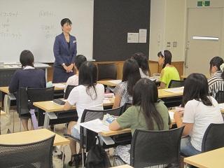 伝統的・国際的な基本礼儀に基づく接遇法「プロトコール」を学ぶ参加者たち