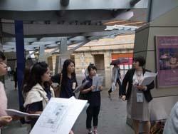 六本木ヒルズにて案内の説明を聞く日本ホテルスクール生