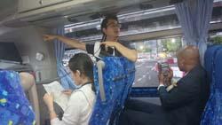 バス観光案内をする 日本ホテルスクール英語専攻科 西崎 海洲さん