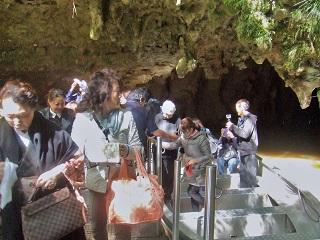ワイトモの洞窟へ小船で土ホタル、鍾乳石、石筍を見学する様子