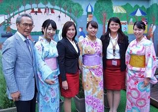 浴衣で来校を歓迎した学生、石塚理事長(左)、アンチポーダ学部長(左から3番目)、メンドーサ先生(右から2番目)