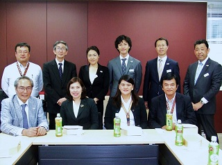 前列左より、石塚理事長、アンチポーダ学部長、メンドーサ先生、出張日本代表<br> 後列左より、石井シニアディレクター、堀籠先生、江口先生、中山先生、川上先生、武内先生
