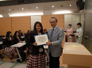 和食講座修了証書を手にする学生