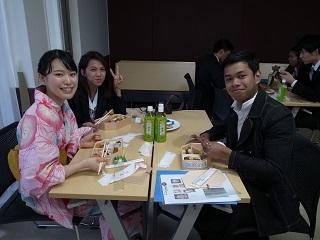 YSCJメンバーとランチ交流する学生達
