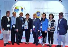 スリランカ、グアム、ネパール、フィリピン、韓国からの出席者と集合写真 トリモリノス・コンベンション・センターにて
