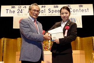 5. 日本語部門最優秀賞受賞 渡邊さん<br>左から、石塚校長、渡邊さん
