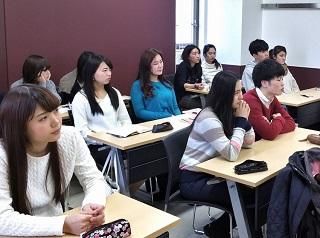 講義を聴く英語専攻科の学生(ヤング・スコール・クラブメンバー)