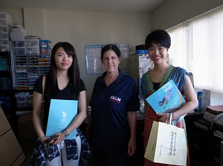 Geraldさんのオフィスにて。左より、阿部さん、Karriさん、上野さん