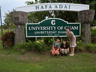 グアム大学前で記念撮影する学生