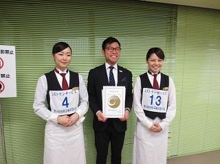 卒業生と一緒に。左から、関舞子さん(本大会敢闘賞)、寺島さん、佐々木綾香さん(本大会準優勝)