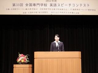 力強くスピーチをする冨岡さん