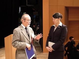 スピーチについてコメントをもらう冨岡さん。審査員法政大学目黒先生(左)と冨岡さん