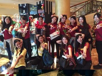 マニラ市内のホテル見学の際に記念撮影する学生