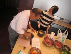 調理をする川辺修先生と学生