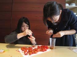 調理に集中する学生