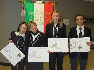 資格取得のために通っていた学校の仲間と一緒に記念撮影<br>(左)栗原さん ソムリエの資格証書とともに