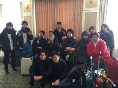 苗場プリンスホテルに出発する学生と神保先生