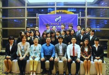SKal Clubマニラのメンバーと学生の集合写真