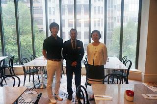 インターンシップでお世話になったNovotel Hotelの料飲部門 アシスタントマネージャー Mr. JD Singh さん(中)