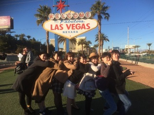 ラスベガス到着した学生の記念写真