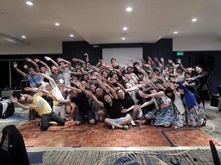 さよならパーティー後にUPHの学生の皆さんと記念撮影