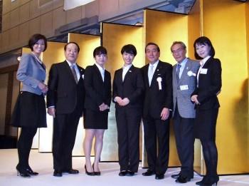 左から、山本副校長、BIA野田専務、渡邊里佳さん、上野千晴さん、BIA勝俣会長、石塚校長、井口先生