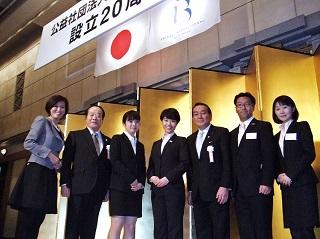 弁論者2名とともに<br> 左から、山本副校長、BIA野田専務、渡邊里佳さん、上野千晴さん、BIA勝俣会長、中村先生、井口先生