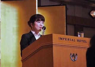記念弁論に臨む夜間部ホテル科2年 渡邊里佳さん(神奈川県立弥栄高校出身)