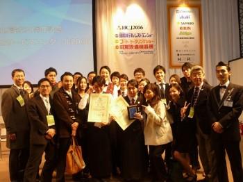 銀賞を受賞した在校生と応援に駆けつけた教職員、卒業生、在校生