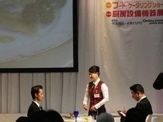決勝の課題をする小島さん<br> 「予選、決勝とも楽しんで取り組むことができました。決勝ではたどたどしさを出してしまったこともありましたが、常に笑顔で課題に向き合うことができたと思います。来年も当然チャレンジします!」