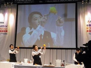 オレンジのカービングに挑む遠藤さん(敢闘賞受賞)