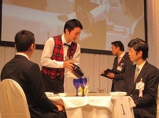 大戸さんの決勝でのパフォーマンス<br> 「予選ほど決勝では力が発揮できず、所々でミスもあったかもしれません。今回の挑戦は、料飲サービスの楽しさを知る貴重な機会になったと思います」