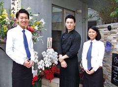 レストランの前で左から、渡邊さん、シェフ、乙部さん
