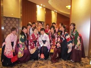 式典前に記念撮影 昼間部ホテル科Bクラスの仲間<br>「とても仲の良いクラスでした!」