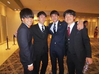式典前に記念撮影 昼間部ホテル科Cクラスの仲間<br>「とっても賑やかなクラスでした!男子同士も強い団結力がありました」