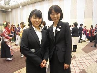 [左]最優秀賞学生賞受賞 夜間部ホテル科 印南千晴さん(埼玉県立松山女子高校出身)<br> 担任の井口先生[右]と一緒に<br> 「これまで両親や職場の上司に心配をかけてばかりでしたが、最後に『最優秀学生賞受賞』という立派な報告ができること、誇りに思います。決めたことはやり遂げる性格なので、入学後、仕事と学業の両立をしっかりとやりきることができたと思います」